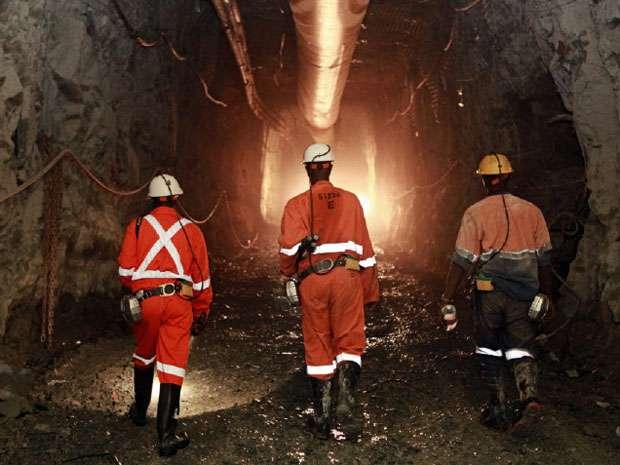 A Barrick Gold egyik aranybányájában dolgozó bányászok