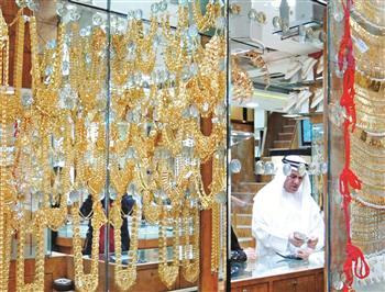 Aranyékszer-üzlet Dubaiban. Készpénzzel fizetnek az aranyért. Forrás: Reuters, Conclude Zrt.
