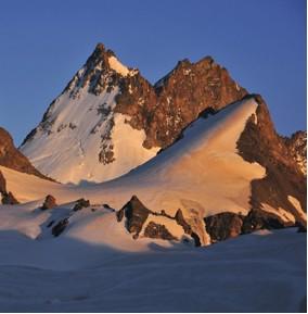 Nemesfémek tárolására szakosodott cégek felújítják és átalakítják a Gotthard és a Berni Alpok rejtett bunkereit és külföldről ill. Zürichből is az Alpokba szállítják az aranyat és ezüstöt.
