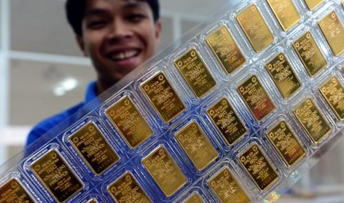 Vietnami ékszerüzlet alkalmazottja aranyrudakkal Ho Si Minh-városban. Forrás: Tuoi Tre, Conclude Zrt.