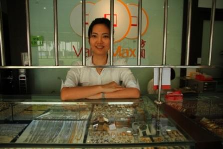 A Valuemax zálogház dolgozója Szingapúrban. Forrás: www.timeoutsingapore.com, Conclude Zrt.