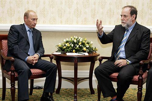 Putyin és a de Beers csoport képviselője Nicky Oppenheimer egy asztalnál, Fokváros 2006, Conclude Zrt. Forrás: Wikimedia