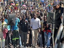 Dél-afrikai platinabányászok tiltakozása. Forrás: Conclude Zrt., businessinsider.com