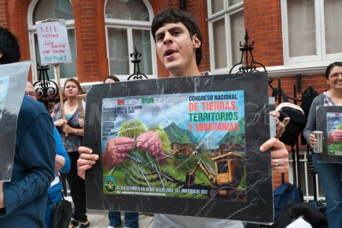 Az AngloGold Ashanti ellen tüntetők Kolumbiában. Forrás: demotix.com, Conclude Zrt.