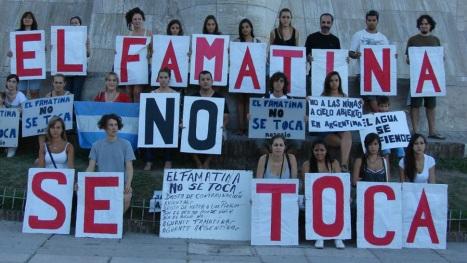 Az argentin Famatina bánya állítólagos ciánmérgezése ellen tüntetők. Forrás: contrainfo.com, Conclude Zrt.