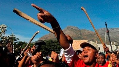 Sztrájkoló munkások a Harmony Gold Mining Kusasalethu nevű bányájánál. Forrás: sabc.co.za, Conclude Zrt.