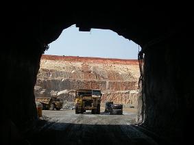 Aranykitermelés az egyik Acacia-bányában. Forrás: Mineweb, Conclude Zrt.