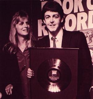 Paul McCartney ródiumlemezével 1979-ben. Forrás:  maccafan.net, Conclude Zrt.