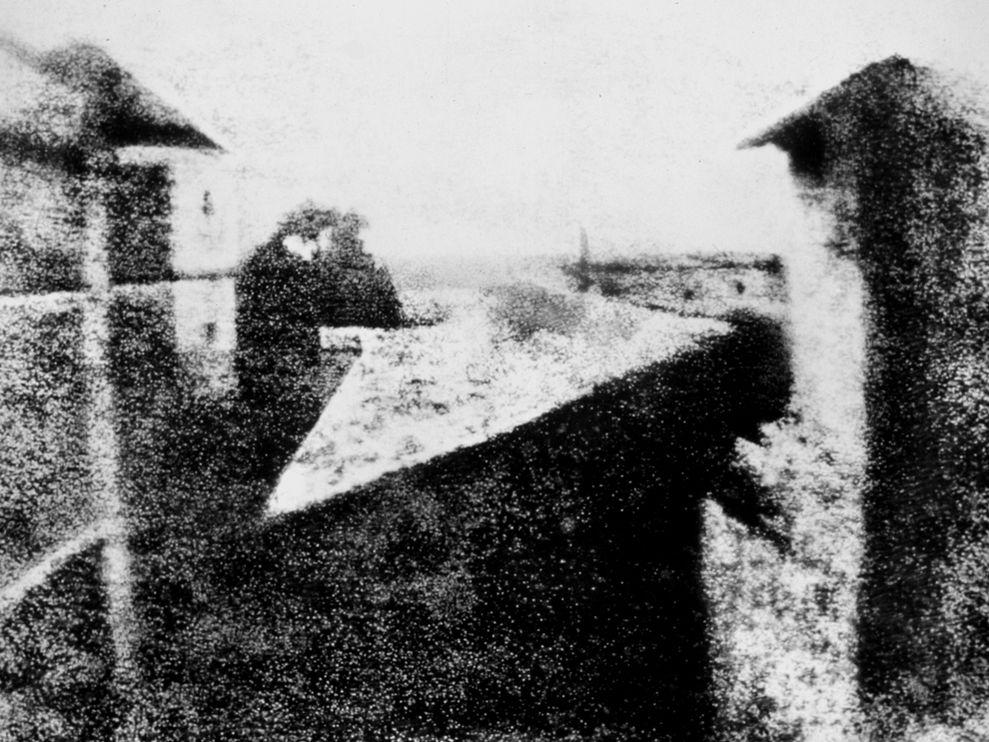 A világ első fényképe ezüst-kolloid réteggel bevont üveglemezre készült, Forrás: nationalgeographic.com; Conclude Zrt.