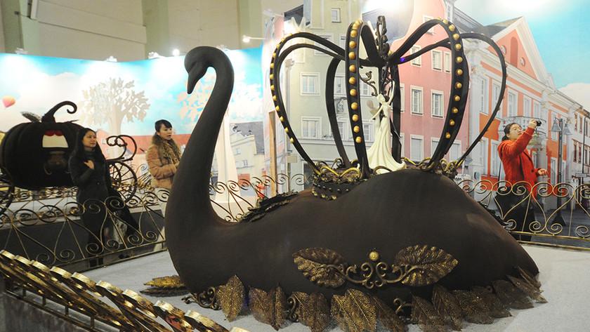 Csokoládéból készült hattyú a sanghaji világkiállításon. Forrás: ChinaFotoPress, Conclude Zrt.