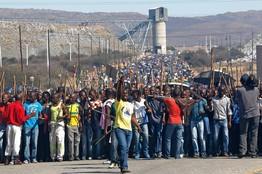Dél-afrikai sztrájkoló bányászok. Forrás: online.wsj.com, Conclude Zrt.