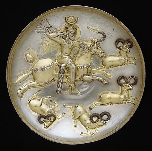 A kosokra vadászó király a 310-379 között uralkodott II. Sápúr újperzsiai király birodalmi jelképévé vált, szimbolizálja a szászánida uralkodók vitézségét. Azokat a királyi tálakat díszítették, amelyeket gyakran ajándékoztak a szomszédos udvaroknak. ; Forrás: The Metropolitan Museum of Art, Conclude Zrt.