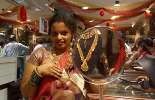 Aranyékszer-vásárló Mumbaiban. Forrás: AP, Conclude Zrt.