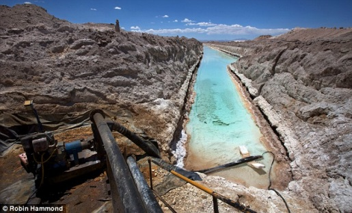 Lítiumbánya a chilei Atacamaz sivatagban. Forrás: Robin Hammond, Conclude Zrt.
