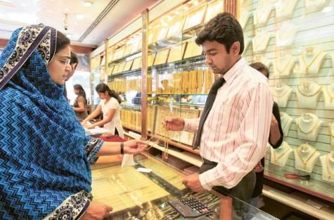 Indiai aranyvásárló Dubaiban. Forrás: gulfnews.com, Conclude Zrt.